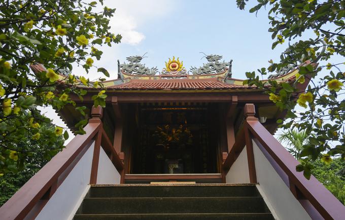 Nam Thiên Nhất Trụ được làm bằng bê tông, cốt thép, còn chùa ở Hà Nội làm từ gỗ lim. Chùa Một Cột của Sài Gòn cũng thấp và nhỏ hơn ở chùa ở thủ đô, nhưng vẫn giữ kiến trúc chùa cổ miền Bắc với hình ảnh rồng phượng ở các góc mái ngói uốn cong vút.