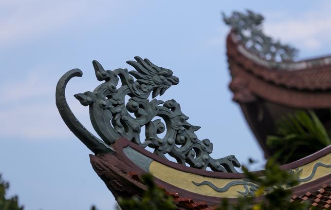 Chùa Một Cột ở Sài Gòn có kiến trúc từ kèo, mái ngói đến những hoa văn bài trí tựa như ngôi chùa cùng tên ở Hà Nội nhưng khác hẳn về chất liệu.