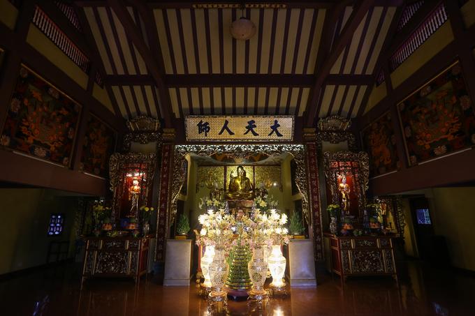 Chánh điện được bài trí tôn nghiêm với kết cấu ba gian, gian giữa thờ Đức Thích Ca Mâu Ni Phật, hai gian bên thờ Đức Quán Thế Âm Bồ Tát và Đức Địa Tạng Bồ Tát.