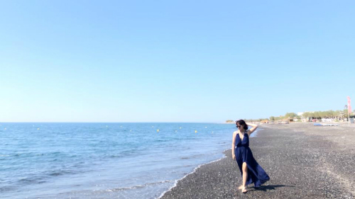 Bãi biển ở Santorini thường có màu đen thay vì màu trắng như nhiều nơi khác.
