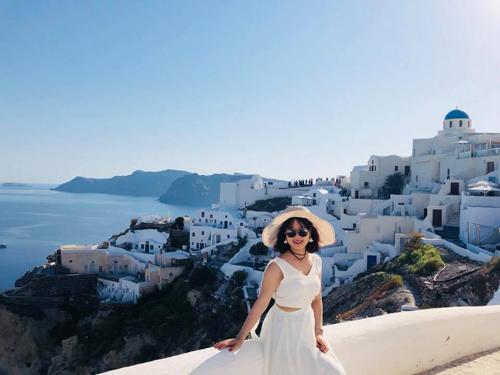 """Những ngôi nhà xanh trắng cheo leo trên sườn núi là """"đặc sản"""" của Santorini."""