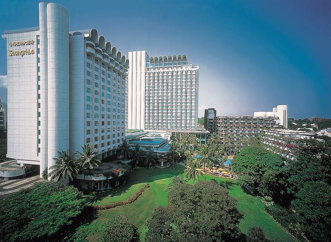Shangri-La  Nằm giữa một vườn cây xanh rộng 6 ha sát phố mua sắm Orchard của Singapore, khách sạn Shangri-La được bình chọn là một trong những khách sạn tốt nhất trên thế giới. Theo Trip Expert tổng hợp, khách sạn này xếp hạng 12 tại Singapore, với giá phòng trung bình từ 600 đến hơn 900 USD một đêm. Ảnh: Shangri-La Hotel.