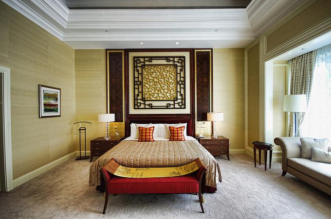 Khách sạn có 3 hạng phòng phân theo khu Tower Wing, Garden Wing và Valley Wing - với loại phòng cao cấp nhất là Singapore Suite và Shangri-La Suite, không tiết lộ giá và khách phải liên hệ trực tiếp với khách sạn mới có thể đặt phòng.
