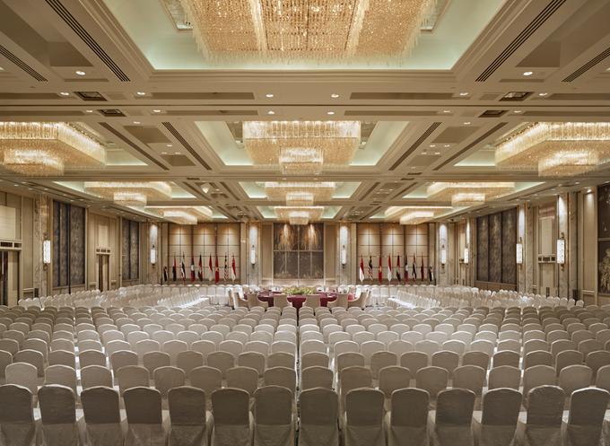 """Tọa trên tầng 17, Shangri-La Suite có lối vào và thang máy riêng. Căn suite rộng 348 m2 có phòng gym riêng, phòng khách, phòng ăn, bếp, ban công có tầm nhìn rộng. Video: Shangri-La Hotel. Khách sạn này là nơi tổ chức thường niên của sự kiện Đối thoại Shangri-La (SLD), tức Hội nghị Thượng đỉnh An ninh châu Á.  """"Đây là một địa điểm đã được chứng minh về chất lượng quản lý bảo mật và hiệu quả cao trong điều hành"""", Edward Liu, giám đốc khối quản lý của CEMS, một tổ chức hội nghị và triển lãm khu vực có trụ sở tại Singapore, cho biết. Ảnh: Shangri-La Hotel."""