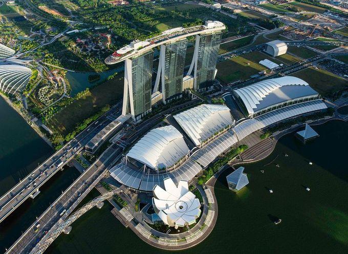 Marina Bay Sands (MBS)  MBS do tập đoàn Las Vegas Sands sở hữu, dưới quyền của chủ tịch Sheldon Adelson, một trong những nhà tài trợ lớn trong chiến dịch tranh cử của Tổng thống Trump. Theo Trip Expert tổng hợp, MBS xếp thứ 3 trong top những khách sạn được đánh giá cao nhất tại Singapore, với giá phòng trung bình từ 600 đến khoảng 6.000 USD một đêm. Ảnh: MBS.