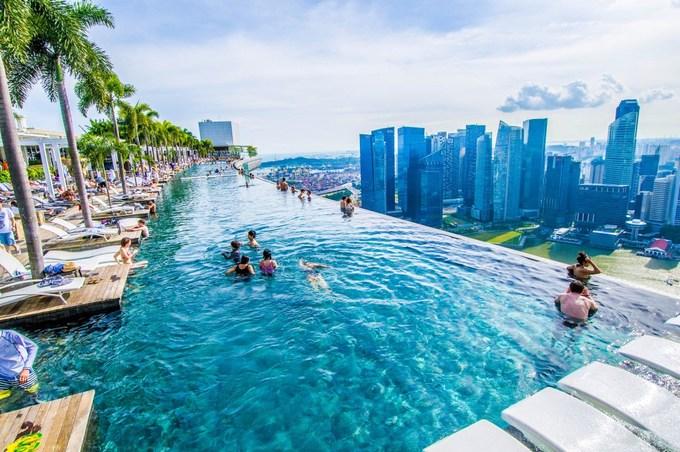 Luôn xuất hiện cùng linh vật Merlion trong những bức ảnh về vịnh Marina của Singapore, MBS còn nổi tiếng trên khắp mạng xã hội với bể bơi vô cực dài nhất thế giới nằm ở độ cao 191 m trên sân thượng, tầm nhìn khắp thành phố. Ảnh: MBS.