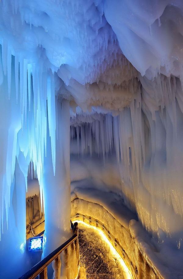 Với niên đại hơn ba triệu năm, động Ningwu có cấu trúc như một chiếc pin trong trò bowling, sâu 85 mét dưới lòng đất bên sườn núi. Vách động và mặt đất được phủ một lớp băng dày, xung quanh là những cột băng và nhũ đá to lớn chĩa từ trên nóc xuống sàn. Động Ningwu có đặc tính vô cùng đặc biệt: nó có thể đóng băng trong suốt mùa hè ngay cả khi nhiệt độ bên ngoài lên cao, theo Amusing Planet.
