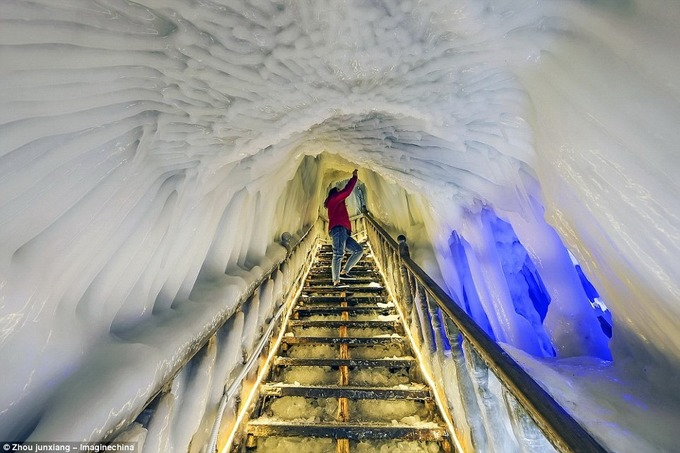 """Hầu hết hang động kiểu này được gọi là """"bẫy giữ lạnh"""". Chúng có các ống thông lên trên hoặc các đường thoát khí cho phép không khí lạnh đi vào động mùa đông, nhưng lại ngăn cản không khí ấm vào mùa hè. Vào mùa đông, không khí lạnh dày đặc lắng xuống bên trong, đẩy các lớp không khí ấm hơn lên trên và thoát ra khỏi động. Vào mùa hè, không khí lạnh trong động vẫn giữ nguyên vì không khí bề mặt tương đối ấm nhẹ hơn và không thể vào trong được."""