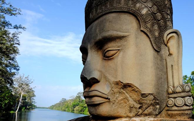 Du khách có thể dễ dàng bắt gặp những công trình kiến trúc và di tích lịch sử của nền văn minh Angkor tại thành phố Siem Reap. Ảnh: Reuters.