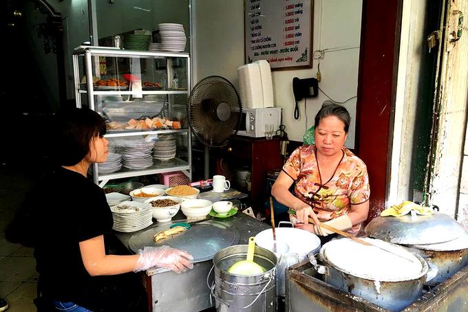 Nằm ngay mặt tiền phố Hàng Gà, quán ăn mở cửa từ năm 1973 này có không gian khiêm tốn. Ảnh: Déborah Bailet.