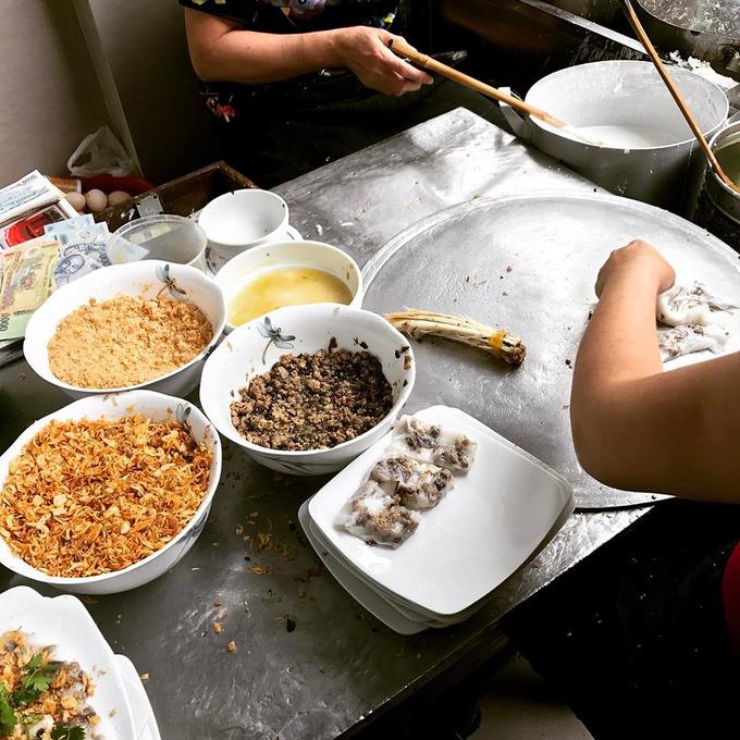 Hiện tại, hàng này phục vụ 3 loại nhân: thịt lợn, thịt gà và tôm tươi. Bánh được tráng nóng tại chỗ, được nhiều khách đánh giá đều tay, mỏng nhưng không bị rách. Ảnh: @twisted_sr.