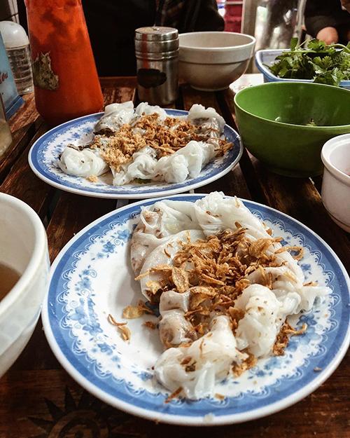 Chủ hàng chia sẻ, gạo để làm bột phải là loại gạo ngon, trắng ngần. Độ dẻo được đảm bảo nhờ cách pha, phân chia lượng nước và bột với một tỉ lệ hợp lý. Ảnh: Betty Nguyen.