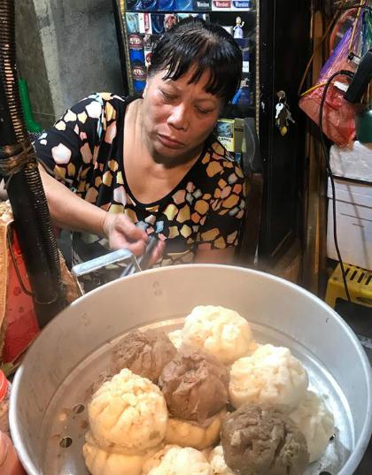 Hàng bánh bao bán cả ngày, phục vụ nhiều khách nước ngoài.