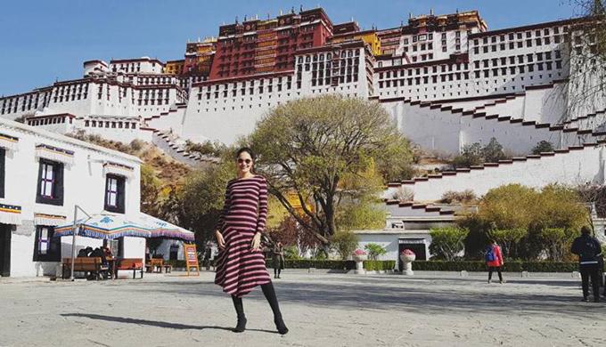 """Hoa hậu Hương Giang vừa trở về từ chuyến đi Tây Tạng cách đây ít ngày. Tây Tạng luôn là mảnh đất huyền bí với bất kỳ tín đồ mê dịch chuyển nào trên thế giới và với nàng hoa hậu """"đẹp nhất châu Á"""" năm nào cũng vậy. Cô nói về cơ duyên của chuyến đi rằng, mình đã mơ một ngày được đến nơi đây từ khi đọc tập tiểu thuyết """"Mật mã Tây Tạng"""" với cảnh sắc thiên nhiên mênh mang, hùng vĩ cùng đàn bò yak thủng thẳng gặm cỏ, núi tuyết như tranh vẽ, trời cao xanh ngắt với mây trắng bao trọn các đỉnh núi thiêng."""
