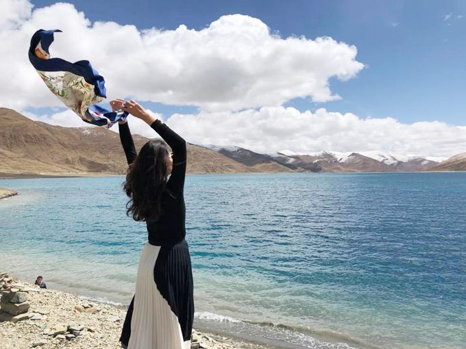 Chuyến hành trình thực sự bắt đầu từ chuyến tàu Thanh Tạng từ Chengdu tới Lhasa dài 36 tiếng. Hương Giang kể, nhóm của cô đã dành 20 tiếng để ăn vặt, tám chuyện, ngắm cảnh. Đây là chuyến tàu đặc biệt với rất nhiều hầm xuyên núi, qua vùng núi tuyết vĩnh cữu, phần lớn chạy trên độ cao hơn 4.000 m. Mỗi đầu giường lại có gắn sẵn ống nối oxy trong trường hợp khách cảm thấy bị sốc độ cao. May mắn là đoàn chúng được đi tàu nên khi tới Lhasa mọi người cũng làm quen dễ dàng hơn khi di chuyển bằng máy bay. Đồ mỹ phẩm, thực phẩm trong các gói kín đều bị béo phì do thay đổi áp suất. Cô ấn tượng nhất với khoảnh khắc được ngắm trăng sáng vằng vặc, bầu trời đầy sao mà người thành thị đã lâu không còn được ngắm nhìn.