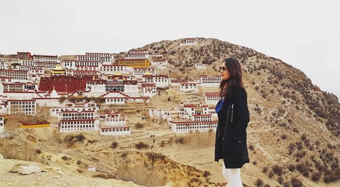 Cung điện Potala là kỳ quan tôn giáo, biểu tượng của Tây Tạng. Khởi nguồn từ một hang động trong lòng núi của Hồng Đồi, được bắt đầu xây dựng từ vị Tạng Vương hùng mạnh nhất trong lịch sử Tây Tạng – Tùng Tán Cán Bố ở thế kỷ thứ 7, Potala sau đó được Đạt Lai Lạt Ma thứ 5 bắt đầu mở rộng vào thế kỷ 17. Đây cũng là nơi ở cũng như đặt chính phủ của các đời Đạt Lai Lạt Ma tới năm 1959. Cột mốc 1959 được Kunchok nhắc đi nhắc lại trong mỗi địa danh, mỗi câu chuyện mà đoàn du khách tới sau này như cột mốc thay đổi của lịch sử người dân Tạng.