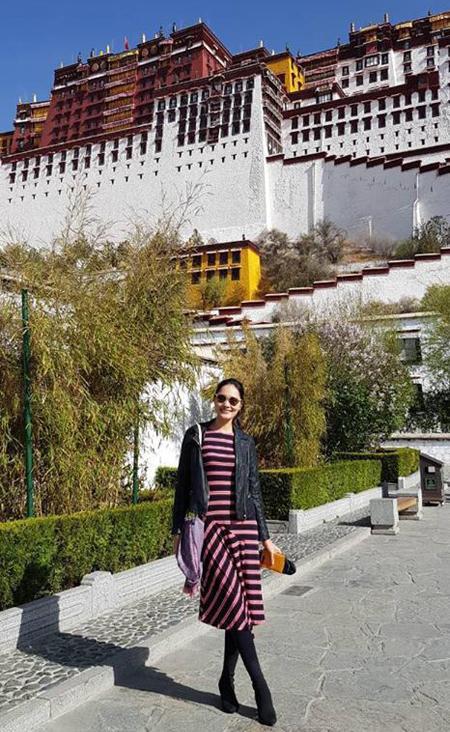 Điểm đến linh thiêng tiếp theo là Jokhang (Đại Chiêu) với bức tượng Phật Bạc Thích Ca Mâu Ni do công chúa Văn Thành mang theo làm của hồi môn cùng Tạng Vương Tùng Tán Cán Bố. Chùa năm vị trí trung tâm khu vực Bát giác, cũng là thánh đền linh thiêng nhất của người Tạng. Xung quang khu vực này và Lhasa nói chung là từng tốp quân đội canh gác nghiêm cẩn, đi tuần tra khắp nơi. Cứ mỗi 100m là một hệ thống camera quan sát nhưng cũng không ngăn được dòng người hành hương từ khắp nơi đổ về chiêm bái, đi kora vòng quay đền.