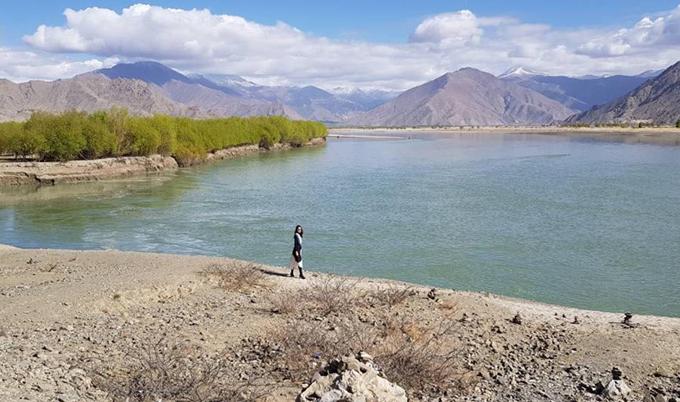 """Thánh hồ Yamdrok là nơi nàng hoa hậu yêu thích nhất trong chuyến đi này, khiến cô phải thốt lên rằng: """"Chỉ cần đứng lặng người ngắm vẻ đẹp của đất trời, hồ nước là đủ để thấy mình lắng lại và thật nhỏ bé trước thiên nhiên. Vẻ đẹp ấy làm tôi phải bật ra lời nói """"nhất định sẽ phải trở về Tây Tạng""""."""