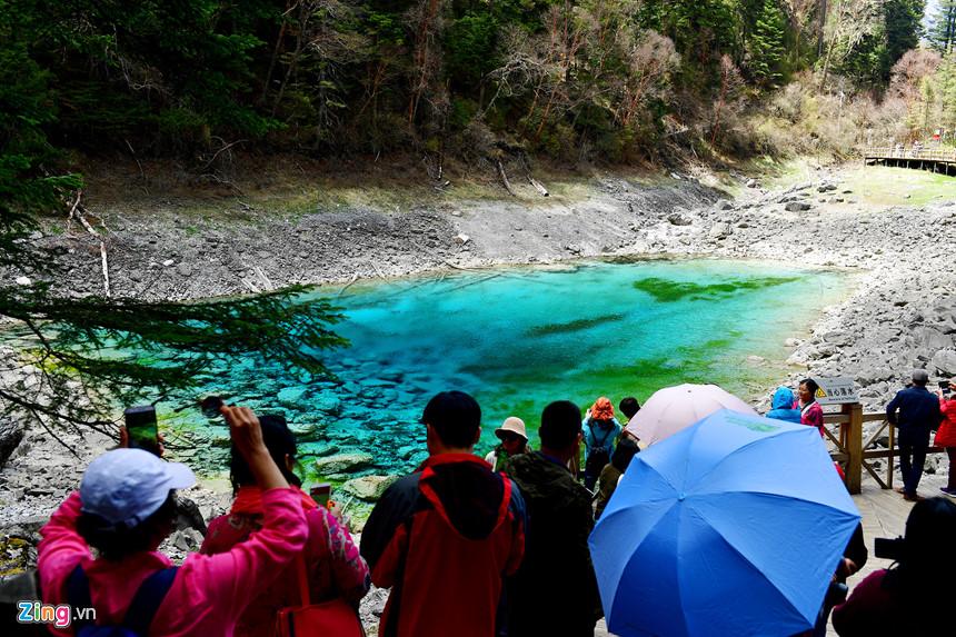Hồ Ngũ Sắc không còn mang nhiều màu và bị cạn nước kể từ sau trận động đất hồi tháng 8/2017. Truyền thuyết kể rằng, nữ thần Semo của người Tây Tạng đã dừng chân nơi đây để rửa mặt. Mỹ phẩm của nàng mãi mãi lưu lại trong lòng hồ.