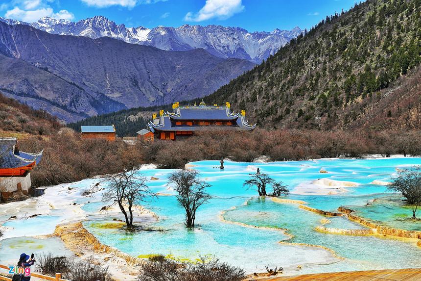 Hồ Ngũ Sắc tự nhiên, có mỏ khoáng sản nên phát quang, cộng thêm sự phản chiếu của núi non và rừng xuống mặt nước nên nó hiện lên đa sắc, từ màu xanh lá cây, màu lam, màu xanh dương, màu vàng đến màu ngọc lam sáng.