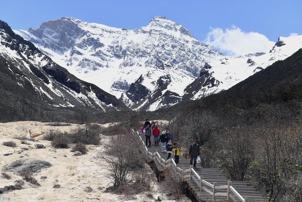 Đích đến hồ Ngũ Sắc dưới chân núi Tuyết Sơn. Từ đây trở về bến, du khách có thể chọn đường bộ hoặc trở lại ga cáp treo với quãng đường đi bộ hơn 3 km để mua vé chiều về (rẻ hơn chiều lên).