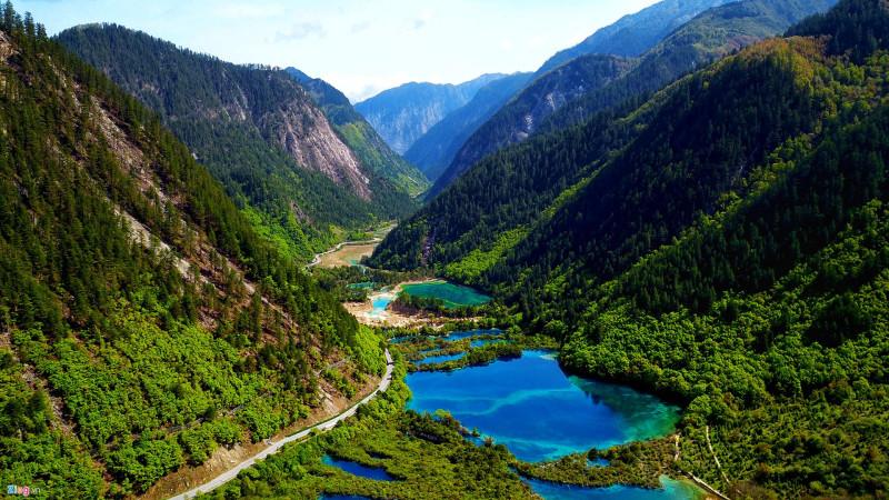 Bao quanh Cửu Trại Câu là những dãy núi bị tuyết phủ quanh năm, được gọi là núi Tuyết Sơn.
