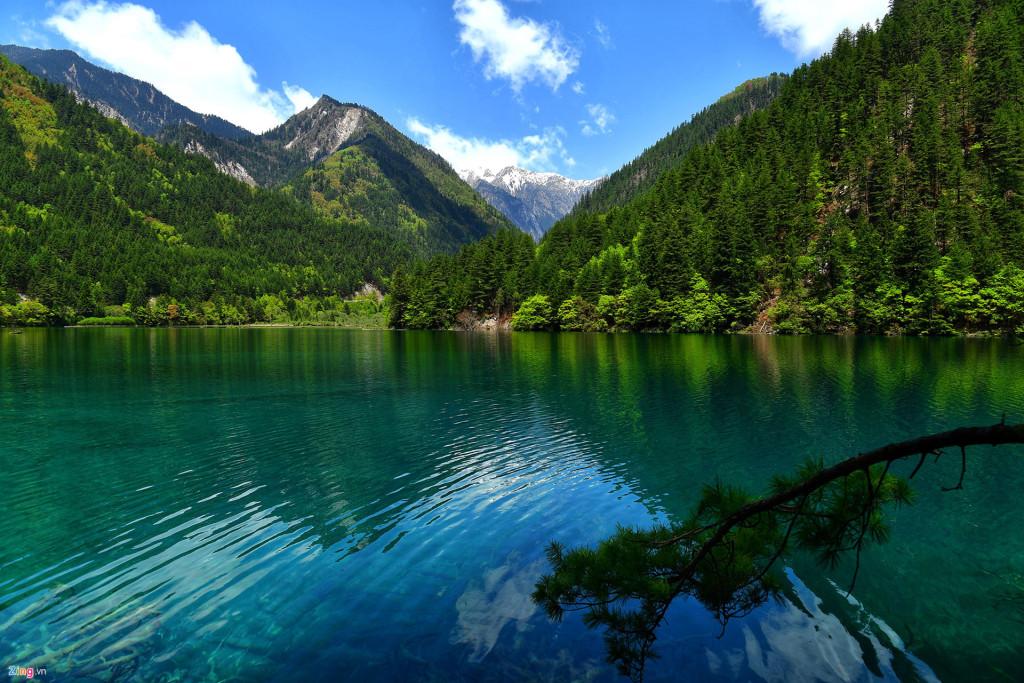 Hồ Kính Hải, điểm dừng chân có màu nước xanh soi bóng như gương.