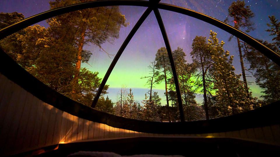 10. Aurora Bubbles, khách sạn Nellim Wilderness (Phần Lan): 3 bong bóng Auroro của Nellim cung cấp tầm nhìn tuyệt vời để ngắm cực quang, cảnh quan kỳ ảo thường xuất hiện 200 đêm/năm ở miền Bắc Phần Lan. Làm từ gỗ và kính Perspex, chúng khá đơn giản so với các bong bóng được đề cập phía trên. Dù vậy, những bong bóng này mang lại sự nghỉ dưỡng thoải mái, phục vụ đầy đủ đệm giường êm ái và chăn dày để du khách giữ ấm suốt đêm. Mỗi bong bóng nằm gần và hướng ra hồ Inari đóng băng. Du khách có thể trượt băng trên mặt hồ. Chi phí thấp nhất cho mỗi đêm nghỉ ngơi tại Aurora là 310 USD.