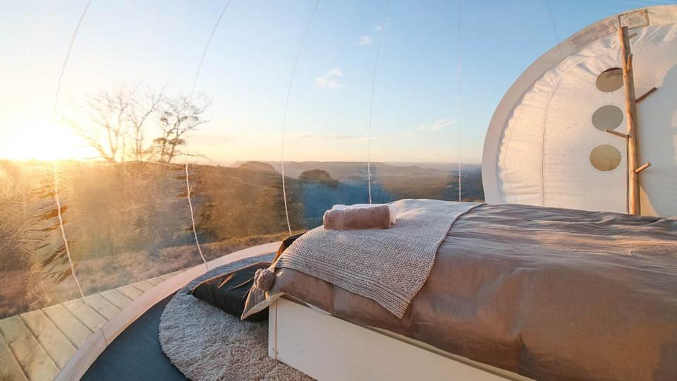 2. Bubbletent Australia: Đứng trên đỉnh núi, nhìn xuống thung lũng Capertee - hẻm núi lớn thứ hai thế giới - cách Sydney 200 km về hướng Tây Bắc chắc chắn là trải nghiệm khó quên với mọi du khách. Bubbletent Australia cung cấp 3 lều nghỉ mái vòm trong suốt hoàn toàn, đặt tên theo chòm Sư Tử, Cự Giải và Xử Nữ. Tất cả được thiết kế với phong cách sang trọng - bồn tắm nước nóng bằng gỗ, giường êm ái, thiết bị công nghệ hiện đại. Lều còn có cả phòng bếp nhỏ với chocolate nóng, kẹo dẻo cũng một số nguyên liệu sẵn sàng cho bữa tiệc nướng ngoài trời lúc hoàng hôn. Giá cả cho mỗi đêm ít nhất là 250 USD.