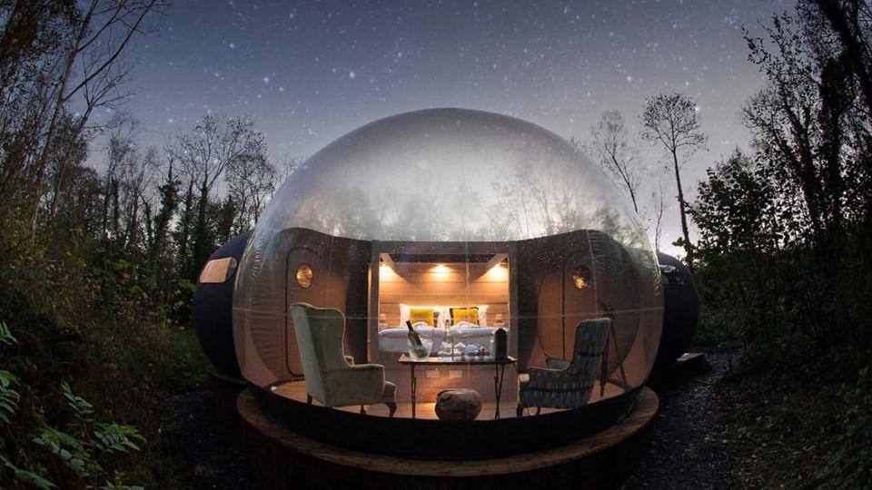 3. Finn Lough Bubble Domes (Bắc Ireland): Ẩn sâu trong rừng cây tươi tốt, những mái vòm bong bóng khiến du khách cảm thấy như họ đang sống giữa hư không. Chúng thuộc khu nghỉ dưỡng Finn Lough. Do đó, khách hàng có thể tận hưởng các tiện ích khác như spa, thưởng thức món ăn tại các nhà hàng theo mùa hay ngắm Lough Erne từ bên trong các nhà gỗ phong cách Bắc Âu. Mặc dù không sang trọng như nhà gỗ, 7 mái vòm bong bóng cung cấp dịch vụ xa xỉ không kém. Đương nhiên, chi phí để nghỉ ngơi tại đây cũng không rẻ - từ 320 USD/đêm trở lên.