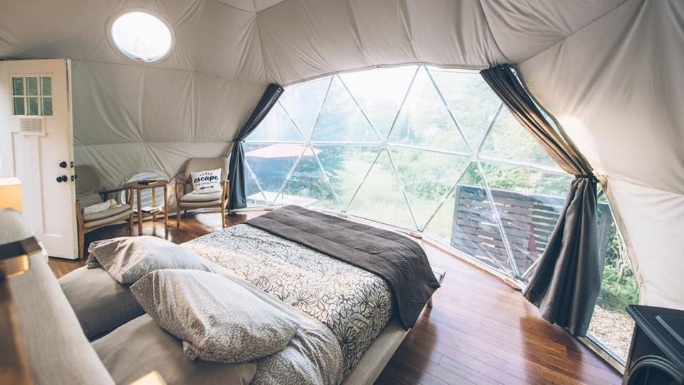 6. Ridgeback Lodge Dream Domes (Canada) : Với lò sưởi bằng khí đốt và phong cách trang trí lấy cảm hứng từ nhà gỗ nhỏ, những bong bóng này tạo cảm giác gần gũi với tự nhiên hơn bao giờ hết. Chúng được xây dựng tại khu vực hẻo lánh nằm giữa khu rừng tư nhân trên bán đảo Kingston, New Brunswick. Ngoài cảm giác tách biệt cùng cơ hội trải nghiệm những rung động nguyên thủy nhất với thiên nhiên, du khách còn có thể thư giãn tuyệt đối bằng các thùng tắm bằng gỗ ngoài trời và ngắm cảnh đêm. Chi phí cho mỗi đêm nghỉ ngơi tại Ridgeback Lodge Dream Domes là 120 USD.
