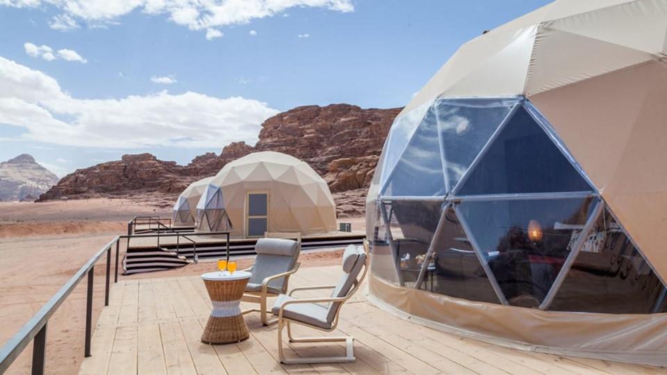 8. Sun City Camp (Jordan): Lấy cảm hứng từ bom tấn Người về từ Sao Hỏa, 20 lều trại trong suốt của Sun City Camp được dựng ngay giữa khu vực khô cằn, hoang sơ của sa mạc Wadi Rum ở Jordan. Mỗi lều trại rộng khoảng 46,5 m2, được trang bị điều hòa, có thể chứa tối đa 4 người (trong khi các bong bóng khác thường được thiết kế cho hai người ở). Chúng cũng có hiên ngoài để đặt ghế tắm nắng. Ngoài việc thỏa thích ngắm sao trời mỗi tối, du khách có thể thực hiện các chuyến tham quan sa mạc bằng lạc đà. Chi phí cho mỗi bong bóng từ 320 USD/đêm.