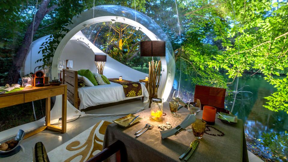 9. Bubble Lodge (Mauritius): Mauritius vốn được biết đến nhiều hơn với các khu nghỉ dưỡng ven biển nhưng Bubble Lodge chắc chắn là cách độc đáo nhất để trải nghiệm cuộc sống trên hòn đảo nhiệt đới xinh đẹp này. Nằm bên rìa hồ miệng núi lửa trên khu trồng chè Bois Cheri, bong bóng của Bubble Lodge được thiết kế tương tự hình tán lá, mang lại những khoảnh khắc gần gũi thiên nhiên nhất. Chúng cũng rất rộng rãi, sang trọng, bao gồm phòng khách, khu ăn uống, phòng ngủ riêng biệt cùng nhà tắm với thiết bị công nghệ cao. Giá cả đương nhiên không thấp, tối thiểu 372 USD/đêm.