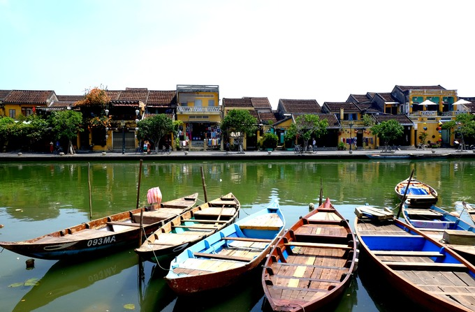 Đi dọc bờ sông bên đường Nguyễn Phúc Chu bạn sẽ có nhiều góc ngắm phố cổ Hội An đẹp, thoáng và rộng hơn.