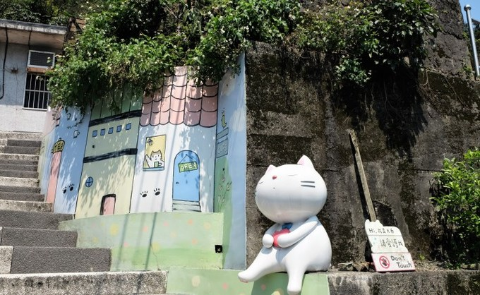 Năm 2008, một nhóm tình nguyện yêu mèo đăng hình ảnh của những chú mèo ở đây lên mạng xã hội nhằm tìm kiếm sự giúp đỡ. Sự kiện này lan tỏa khắp nơi, thu hút sự quan tâm của nhiều người biến Houtong trở thành thủ phủ của loài mèo ở Đài Loan. Ngôi làng nhỏ nằm trên sườn núi trở nên đáng yêu với những bức tranh tường, tượng mèo khắp nơi.