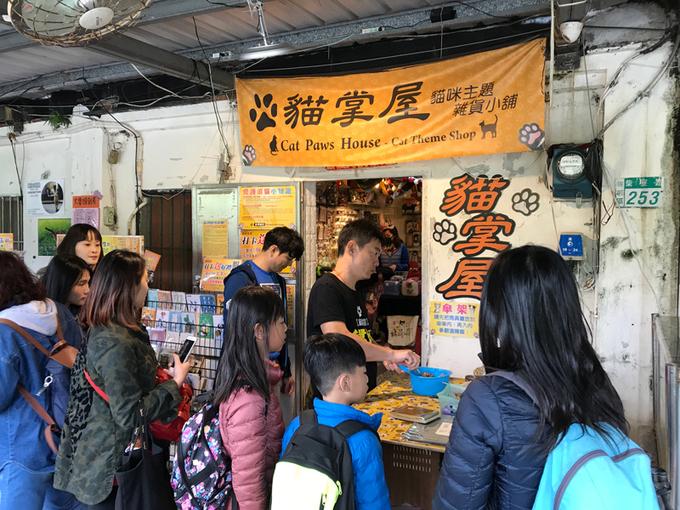 Bạn có thể lấp đầy bụng ở các tiệm bán đồ ăn vặt quanh làng. Hiện tại dân địa phương sống chủ yếu nhờ du lịch nên các dịch vụ ăn uống khá ổn sẽ khiến bạn hài lòng.