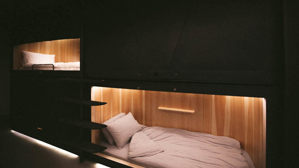 Các hộp ngủ được ốp gỗ và bố trí hệ thống ánh sáng xung quanh, cùng một cánh cửa được khóa bằng kẹp từ. Đây là sản phẩm của Alex Kot và Jun Revers, những người sinh ra tại Hong Kong. Với 12 USD, khách có thể ở SLEEEP trong ít nhất 45 phút. Tuy nhiên, gói phổ biến nhất ở đây là 2 tiếng với giá 25 USD.