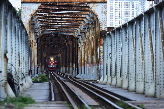 Đoạn đường ray chạy qua cầu Long Biên để vào ga rất đẹp nên thu hút nhiều khách du lịch lên chụp ảnh. Nhân viên nhà ga thường ngăn du khách đi vào đường ray để tránh nguy hiểm.