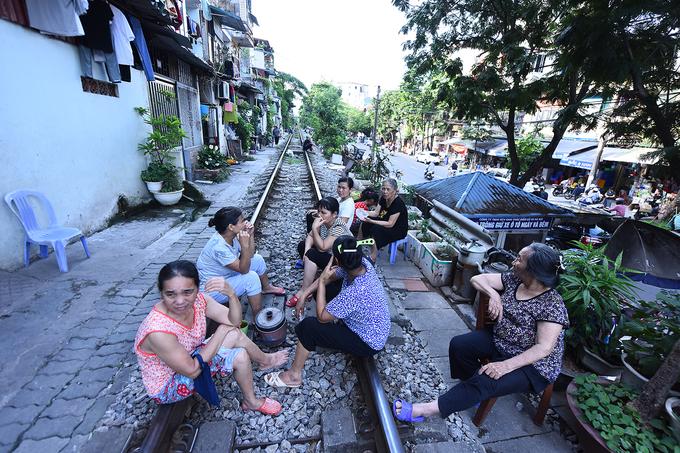 """Điểm kết thúc của tuyến """"du lịch mạo hiểm"""" là đoạn đường sắt trên phố Phùng Hưng.  Tuy chưa có ghi nhận về du khách gặp nạn khi chụp ảnh ở đây, trải nghiệm này được đánh giá là """"nguy hiểm"""", """"liều mạng"""", vì chỉ cần sơ sẩy một chút tính mạng sẽ bị đe dọa."""