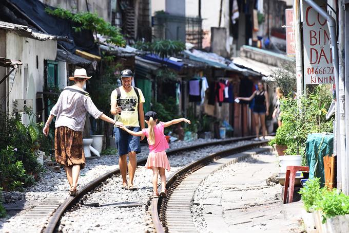 Gia đình Michael đến từ Mỹ thích thú tạo dáng trên đường ray. Anh cho biết rất hiếu kỳ với đoạn đường ray chạy sát nhà dân như thế này.
