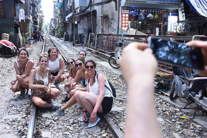 """Nơi tập trung nhiều du khách nước ngoài trong """"tuyến du lịch rùng mình"""" này là đoạn đường từ phố Điện Biên Phủ, qua Trần Phú cho đến đoạn tiệm cận, rồi song song với phố Phùng Hưng."""