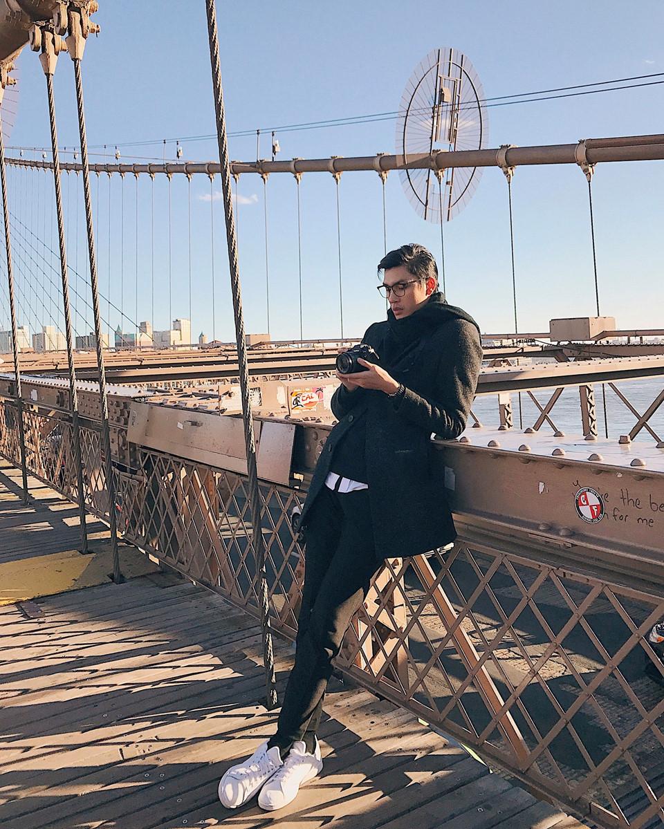 Brooklyn Bridge: Brooklyn là cây cầu treo lâu đời ở Mỹ. Đây là địa điểm Đại nhất định phải đến để chụp một tấm hình với cây cầu này. Trải qua nhiều thăng trầm của thời gian, cây cầu Brooklyn trở thành một biểu tượng của New York. Phóng tầm mắt ra xa, mọi khung cảnh tuyệt vời hiện ra trước mắt, là vịnh Thượng ở hướng nam, về hướng bắc sẽ thấy được Manhattan và cầu Williamsburd. Vào những ngày trời quang đãng, bạn có thể ngắm tượng Nữ thần Tự Do từ xa.