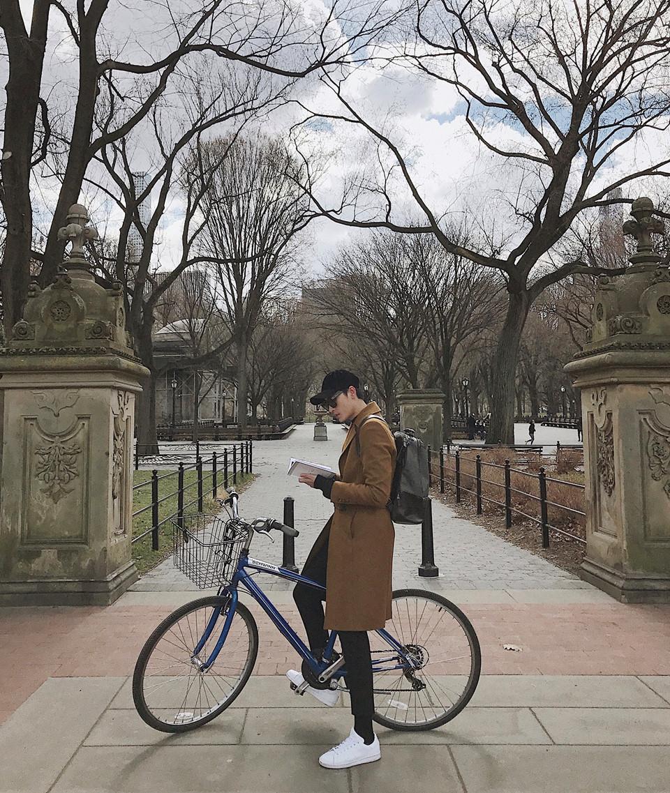 """Central Park: Được mệnh danh là mảng xanh không lồ của New York, Central Park mang đến cho bạn cảm giác yên bình với thiên nhiên trong lành và mát mẻ. Tôi yêu cảnh sắc tự nhiên ở đây dù chúng hầu hết đều do con người tạo ra. Đây là nơi hứa hẹn sẽ cho ra đời hàng trăm bức hình """"sống ảo"""" nếu bạn ghé thăm."""