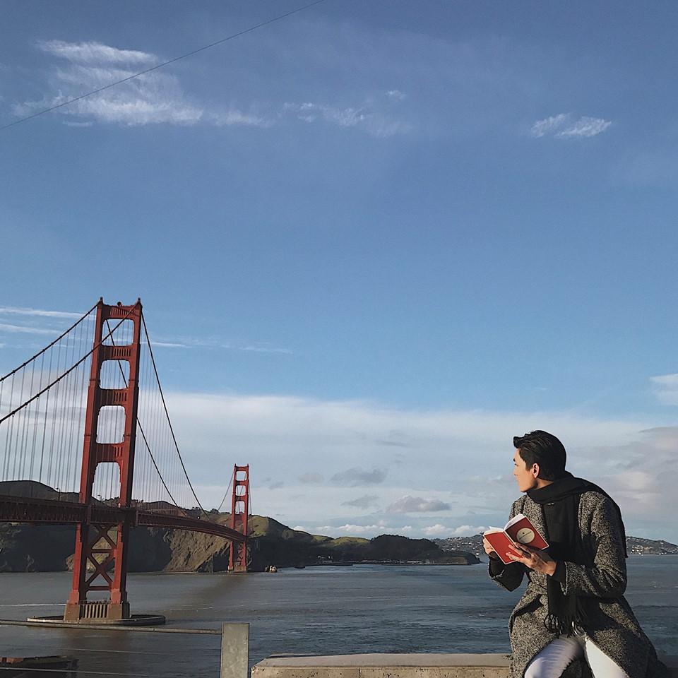 Golden Gate Bridge: Bạn không nên bỏ qua cây cầu nổi tiếng này khi tới Mỹ. Khoác lên mình chiếc áo da cam lai đỏ, Golden Gate toát ra vẻ đẹp hùng vĩ, rực rỡ nổi bật trên nền biển xanh trong những ngày nắng đẹp hay không kém phần bí ẩn, quyến rũ khi được bao phủ bởi nền sương khói mờ ảo.