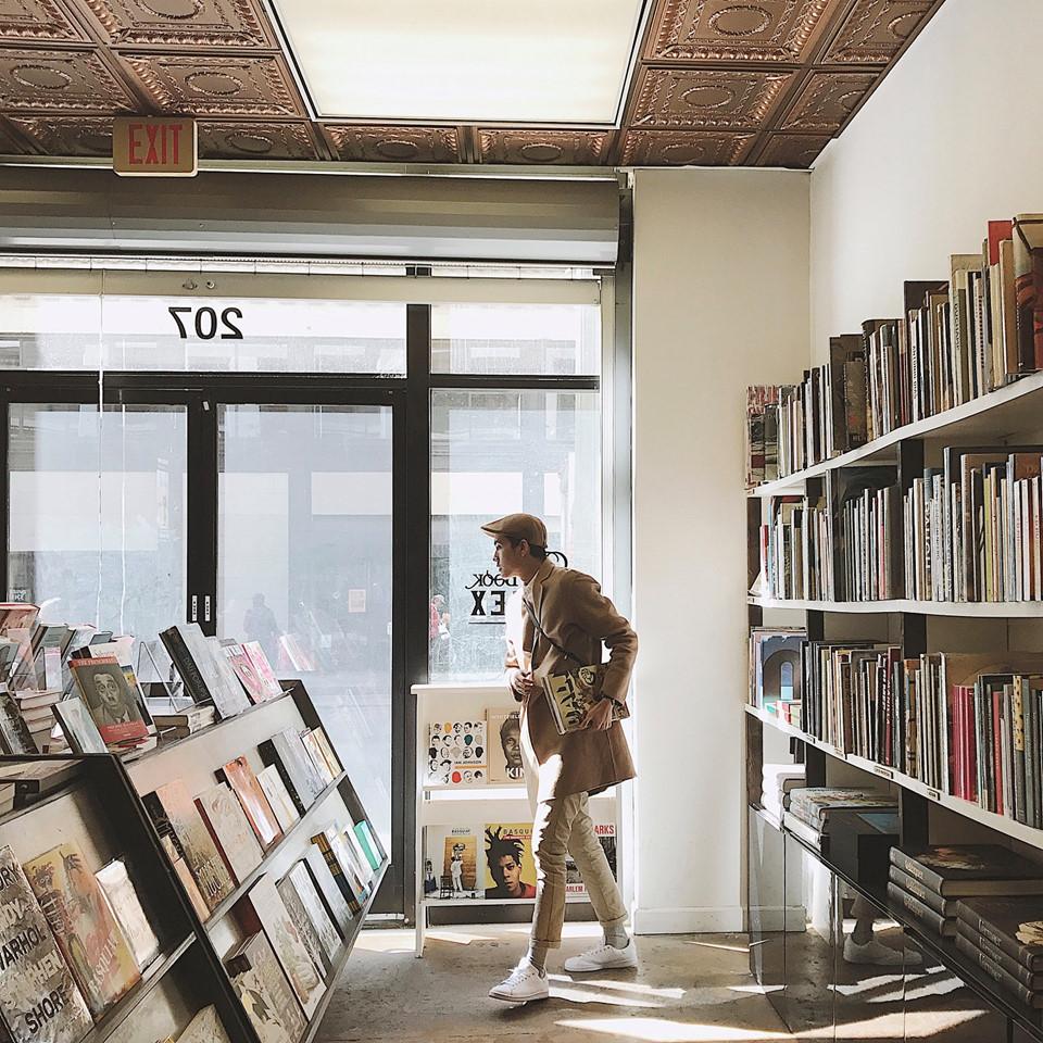 """The Last Book Store: Nơi đây khiến Đại như lạc vào một mê cung của nguồn kiến thức bất tận. The Last Book Store có không gian rộng lớn với những cây cột vững chãi cùng cách bày trí sáng tạo, đầy màu sắc của một trong những """"thiên đường"""" dành cho những người yêu sách trên thế giới. Đại còn kịp sở hữu cho mình một vài cuốn sách với giá chỉ 1 USD."""