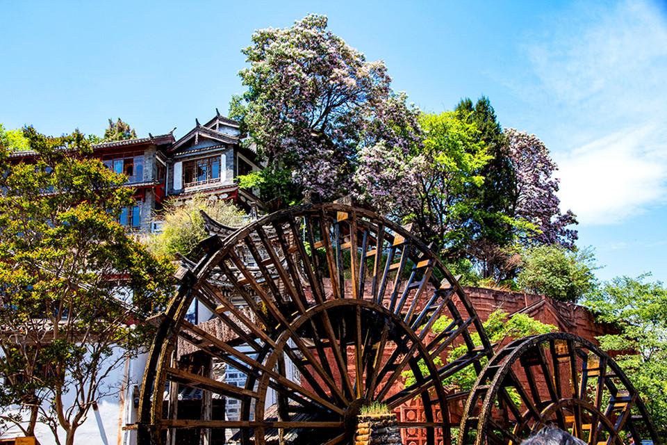 Lệ Giang cổ trấn (Lijiang Old Town): Nằm trên độ cao 2.410 m tại cao nguyên Tây Bắc Vân Nam, được bao bọc bởi những ngọn núi tuyết phủ quanh năm, Lệ Giang là một đô thị cổ hơn 800 năm lịch sử mang những nét văn hóa truyền thống của dân tộc Nạp Tây. Những góc phố cổ kính xen kẽ hệ thống kênh đào chằng chịt là sự kết hợp hài hòa giữa kiến trúc của người Hán, Bai và Tây Tạng đã tạo nên nét đặc sắc của riêng Lệ Giang. Đặt chân đến nơi đây, bạn sẽ cảm nhận được sự gần gũi, hài hòa giữa con người và thiên nhiên, tìm kiếm cho mình những phút giây yên bình và sâu lắng.