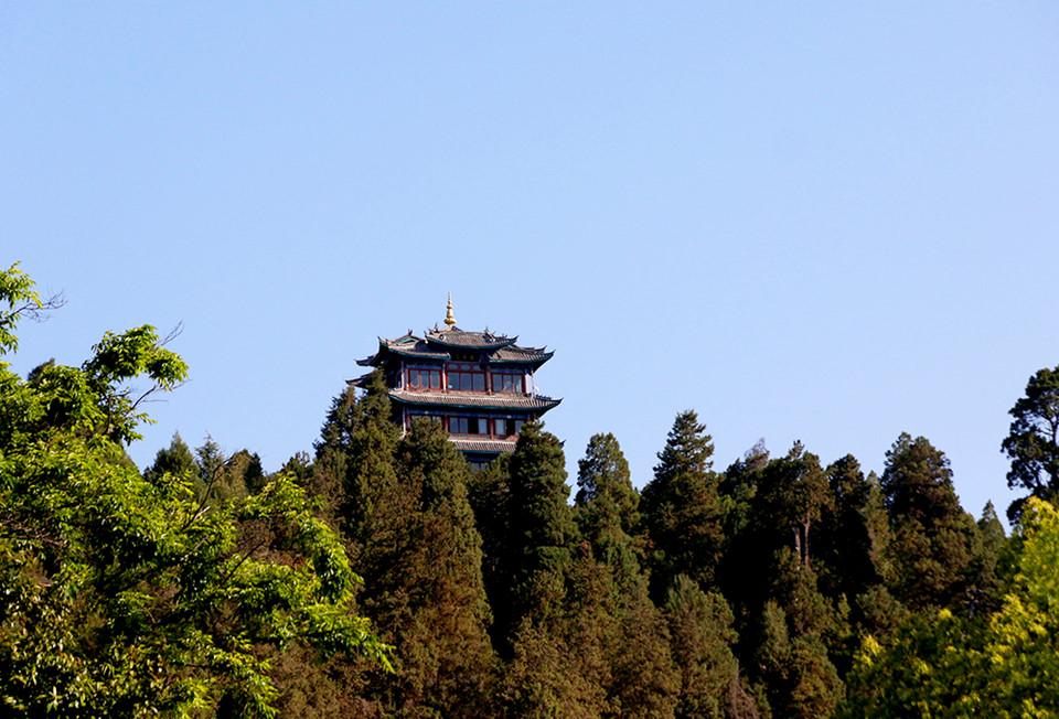 Vạn Cổ Lầu (Wangu Pavilion): Vạn Cổ Lầu nằm trên đỉnh công viên Đồi Sư Tử cũng là nơi cao nhất Lệ Giang. Lên đến Vạn Cổ Lầu khá tốn sức, nhưng rất đáng bởi bạn có thể thu toàn cảnh Lệ Giang cổ trấn và Ngọc Long Tuyết Sơn trong tầm mắt. Thiết kế của Vạn Cổ Lầu cũng rất đặc sắc với 5 tầng cao 33 m được xây dựng trên 16 chiếc cột, xung quanh có 4 cặp sư tử ở 4 mặt lầu cùng các bức tường được chạm khắc với hàng nghìn con rồng.