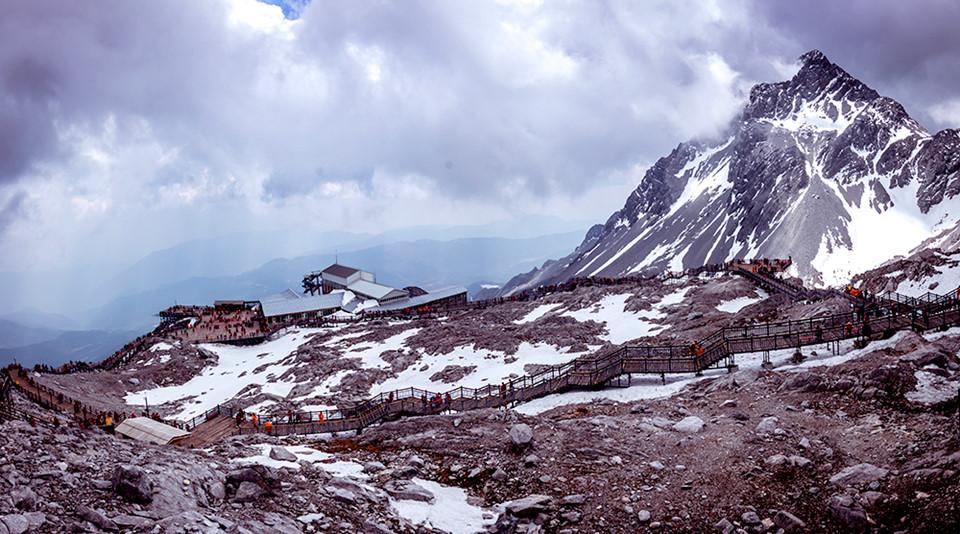 Ngọc Long Tuyết Sơn (Yulong snow mountain): Ngọc Long tuyết sơn là danh thắng nổi bật tại Lệ Giang, bạn cần phải di chuyển khoảng 30 km về phía bắc của thành phố để đến với ngọn núi này. Tại đây, bạn sẽ có trải nghiệm ấn tượng và khó quên khi đứng trước sự hùng vĩ của những khối núi đá trắng cao trên 5.000 m với hơn nửa ngọn núi có tuyết phủ trắng xóa cả đỉnh. Không chỉ ngắm cảnh núi tuyết độc đáo và kỳ vĩ, du khách đến nơi đây còn tham gia trải nghiệm nhiều hoạt động khác nhau như leo núi, trượt tuyết, cắm trại hay khám phá thảm thực vật phong phú và nhiều loại động vật quý hiếm.