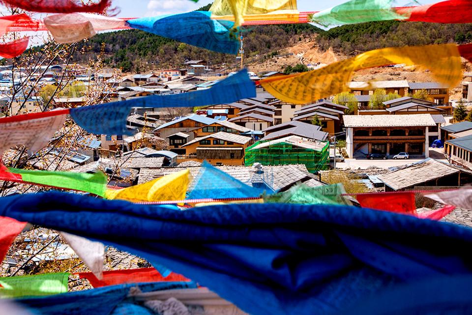 Cổ trấn Shangrila (Dukezong Ancient Town): Nơi tập trung sinh sống lâu đời của người Tạng có tuổi đời trên 1.300 năm được bảo tồn tốt nhất ở Trung Quốc. Tới nơi đây, du khách sẽ được chiêm ngưỡng hàng trăm căn nhà kiểu Tây Tạng cổ xưa được gìn giữ cẩn thận, được những người Tạng hiếu khách giới thiệu những nét văn hóa đặc trưng, nếp sống sinh hoạt thường ngày và nhiệt tình giúp đỡ.