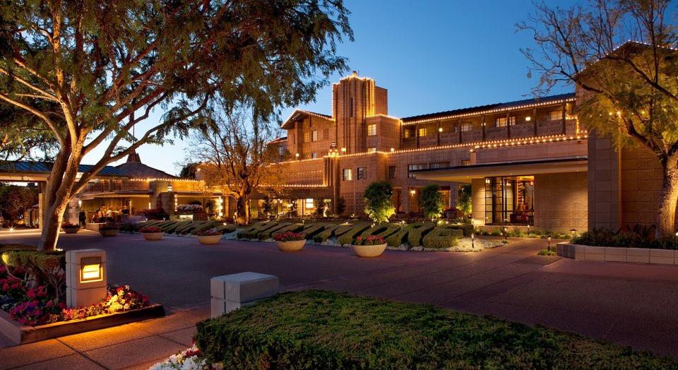 Trước đây, mỗi lần đến Phoenix (bang Arizona), các tổng thống Mỹ đều ở tại khách sạn Arizona Biltmore. Cựu tổng thống Obama là người đầu tiên phá vỡ truyền thống này khi lựa chọn khu nghỉ dưỡng Omni Scottsdale.